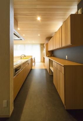 キッチン収納棚上部に窓をつけて光を入れる。