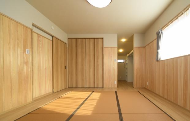 主寝室は畳。高い腰板。