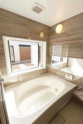 浴室の窓からはウッドデッキ、明るく開放的です