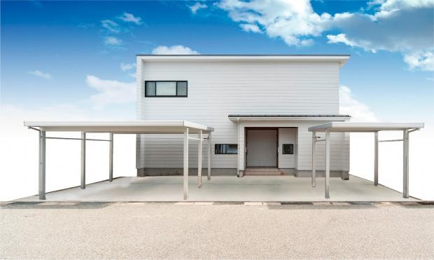 玄関とカーポートが2つある外観