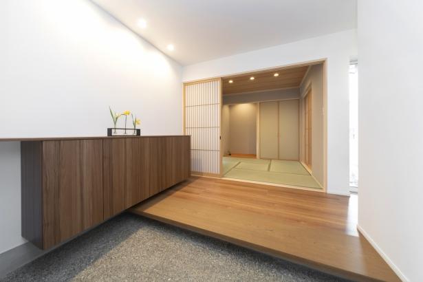 洗い出しの玄関から続く和室