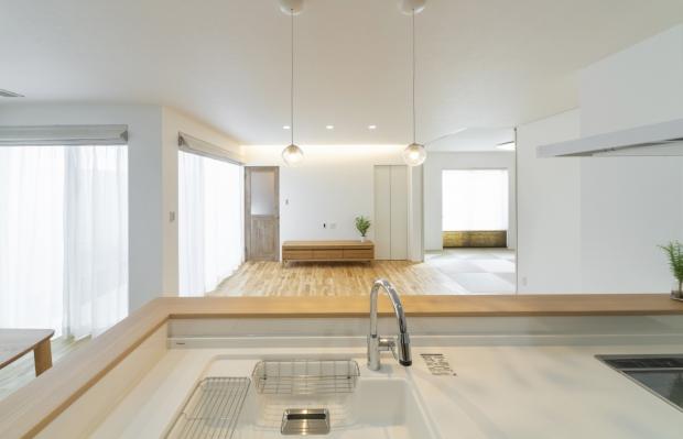 キッチンから和室を見る