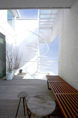 螺旋階段を上ると空につながるルーフバルコニー