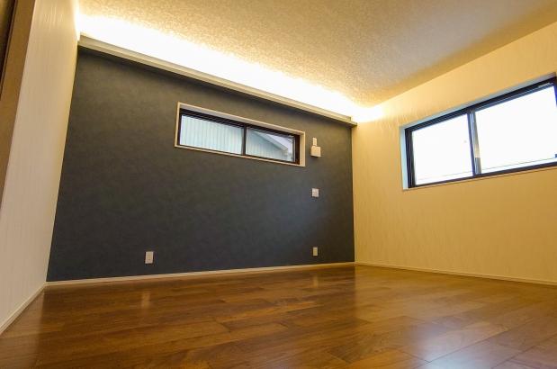 寝室は落ち着いた色のフロアで。間接照明が素敵ですね