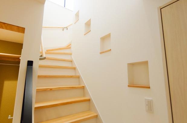 階段に沿ったニッチは小物や写真の飾り棚として