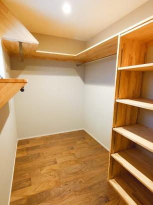 広々としたWIC内部。棚の位置や配置も思いのまま