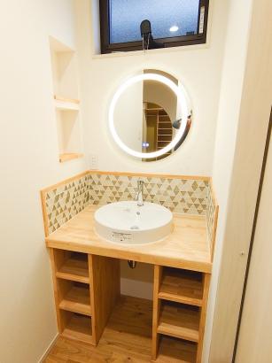 """玄関脇の""""ただいま手洗い""""スペース。造作洗面台がかわいくまとまっています"""