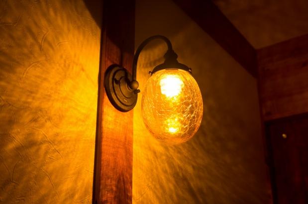 照明によってよって表情を変える真壁