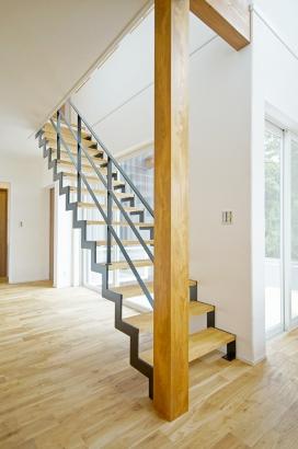 採光に支障がでない様に、階段をアイアンのスケルトン階段にしました。