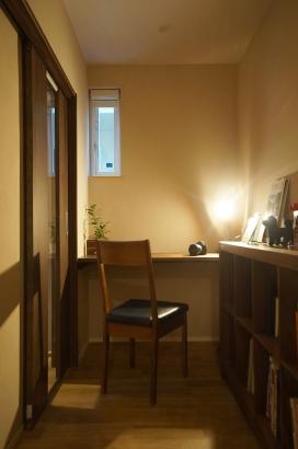 階段下を利用した書斎コーナー。プライベード空間でありながら引き戸を開けるとリビングの様子がうかがえます。