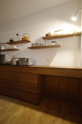 キッチンは飾り棚を造りお洒落な空間に。