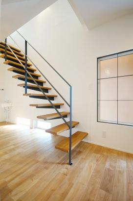 片持ち階段にすることで空間に広がりを感じます。