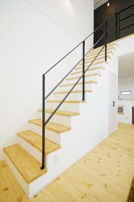 オープン階段は空間をより広く感じさせます。