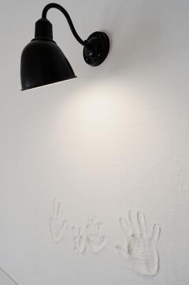 漆喰の塗り壁にご家族の手形を入れました。