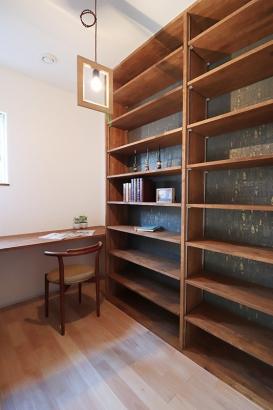 書斎はゆっくりとこもれる居心地のよい空間。