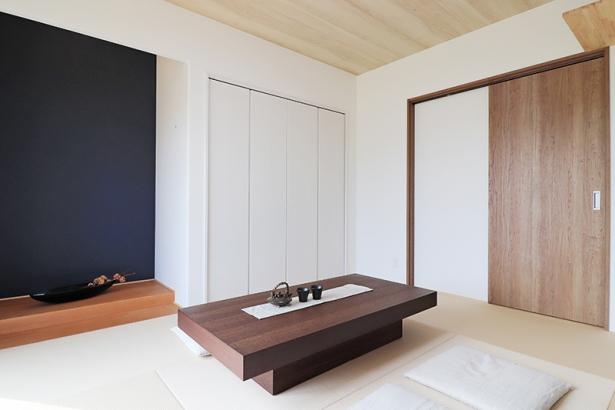 床の間にネイビーのアクセントクロスを貼り、LDKと相性の良いモダンな和室。