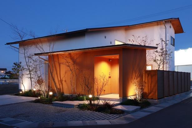 夜は庭がライトアップされ、 樹木の影が建物に浮かび上がります。
