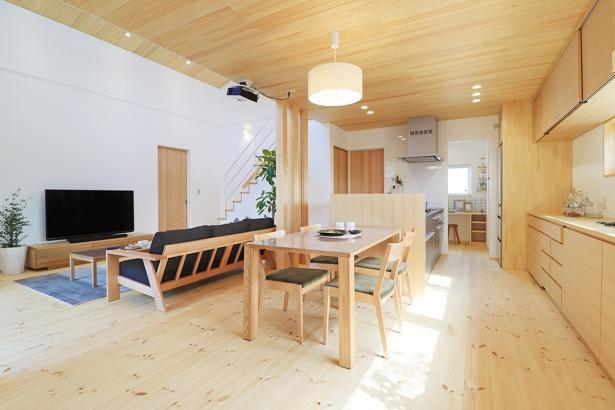 ダイニング・キッチンの天井にもヒノキを板張りし、落ち着きを演出。