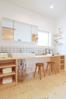 造作の洗面台は横幅の広い使いやすいサイズ。