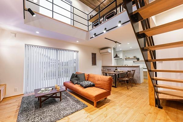 リビングには大きな吹抜けを設けていますが、高気密・高断熱の「FPの家」なので室内を快適な温度に保ち、心地よく暮らせます。