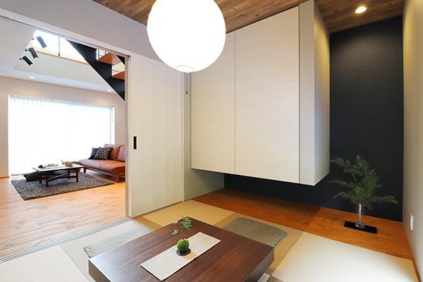 壁のサブウェイタイルや飾り棚がかわいいキッチン。