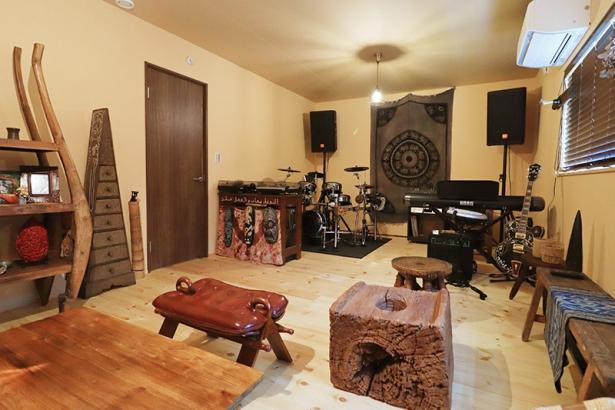 アジアンテイストでコーディネートされた音楽を楽しむ趣味部屋。