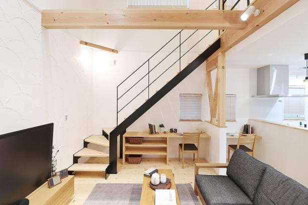階段下にスタディスペースを造作。お子さまの勉強の様子を見ながら家事をすることもできます。