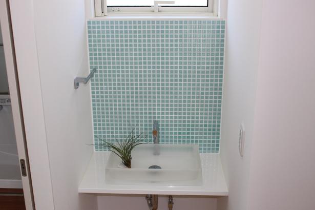 ガラスタイルを使用し、透明感のある洗面台