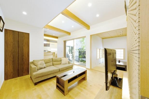 高い天井と白い仕上げが創り出す、広がりを感じる住空間
