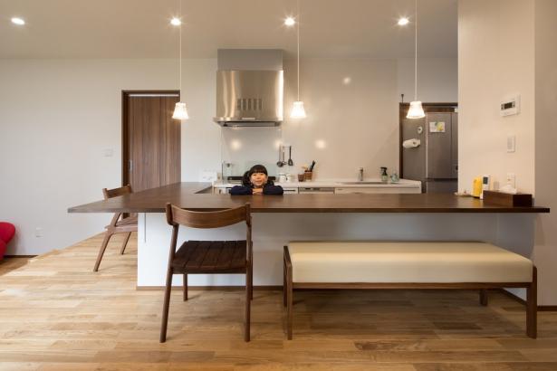 キッチンは一段高さを変え、子供との会話が弾む仕上げになっています