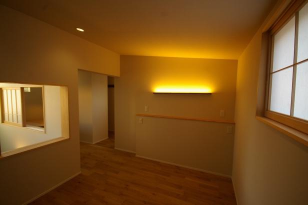 間接照明と吹き抜け窓が特徴的な寝室