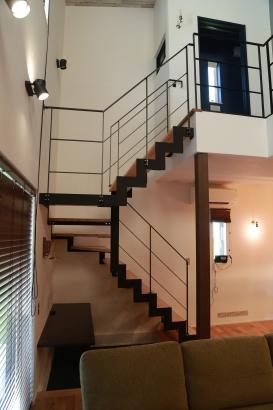 鉄骨階段を使うことで、LDKの雰囲気をグッと高めます