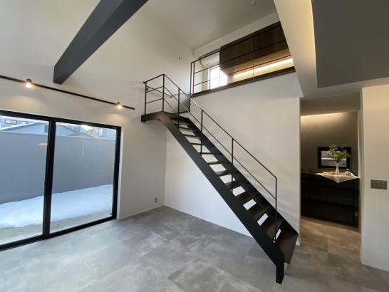 鉄骨階段と大きな吹き抜けで開放的なリビング