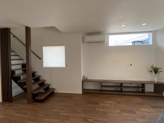 造作家具とオープン階段が魅力的なリビング