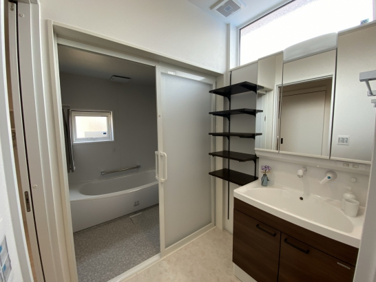 洗面脱衣室にも造作棚を配置し収納力バツグン
