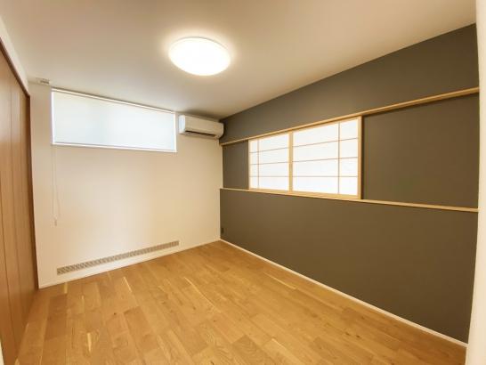 室内窓を設けた寝室は家族の一体感を創造