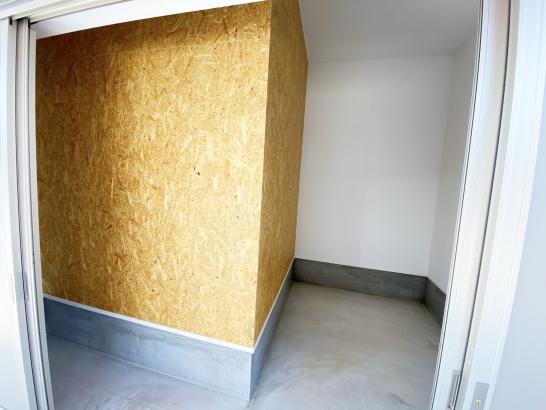 外部収納は流行の木合板仕上げ