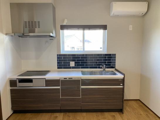 二階のキッチンはタイルを特徴的に使用