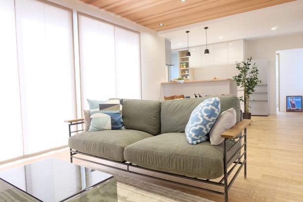 LDK20帖リビングには羽目板の天井で木のぬくもりを感じられます。明るい南側の窓の外にはウッドデッキでお外リビングも楽しめます
