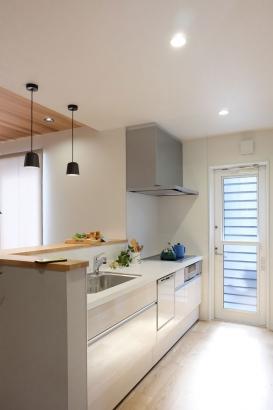 LIXILシステムキッチンAS白い木目調のグロッシーバーチで爽やかな憧れの白キッチンです