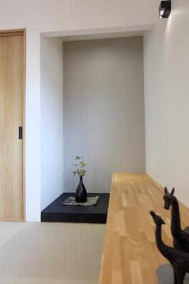 和室4.5帖には腰掛スペース。飾り棚として、腰かけてくつろぎ場所としても使えます。床の間にお雛様や五月人形を飾ります。