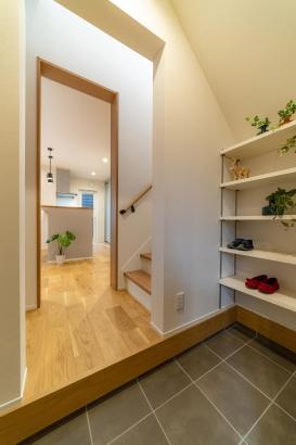 サブ玄関は階段下に設置、勝手口感覚で、家族の普段使いの玄関としてキッチン、2階に動線が便利です。
