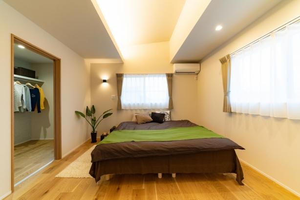 勾配天井と間接照明の寝室は8帖にウォークインクローゼット。