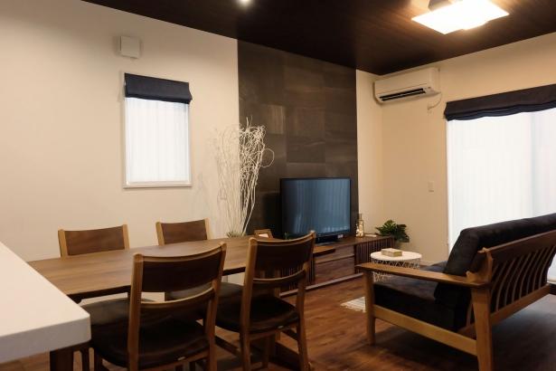 ブラックウォルナットの床材に天井は木目クロスでカッコイイインテリア