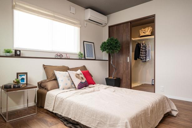 2階寝室はウォークインクローゼットとベッドカウンターで使いやすい実用的な主寝室です