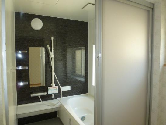 大人っぽいカラーの浴室(1坪サイズ)