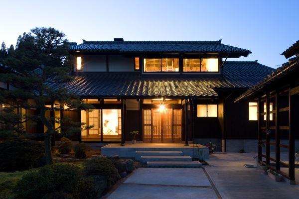 あかりに照らされる日本瓦屋根