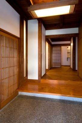もみの木の式台のある玄関