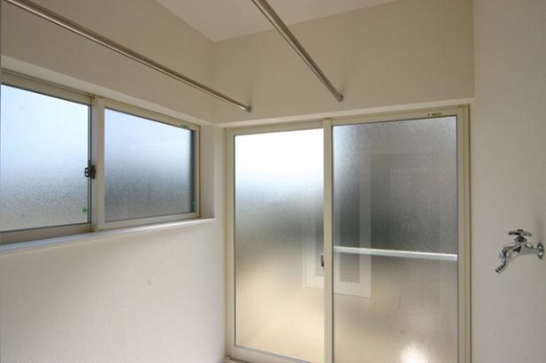 モダンデザインに無垢が映える家 物干し室