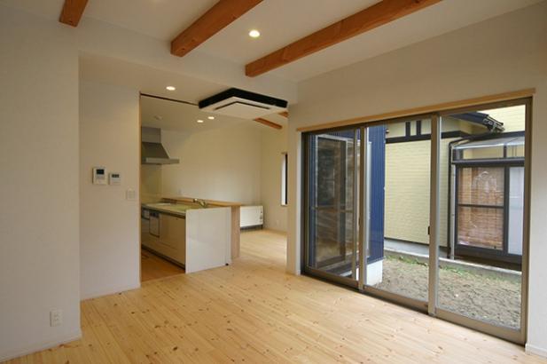 床も建具も無垢材の家 リビング